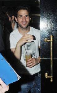 Сеск наслаждается холостяцкой жизнью, его часто видят в разных ночных клубах и на светских мероприятиях.